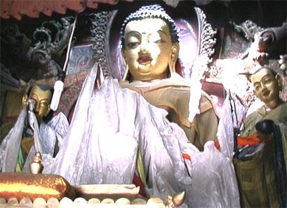 Будда Шакьямуни в окружении двух совершенных учеников: Маудгальяяны и Шарипутры. Статуи храма Кумбум